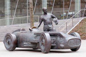 800px-Juan_Manuel_Fangio_statue_Mercedes-Benz_Museum